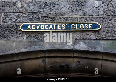 Street title - Advocate close - on the streets of Edinburgh. - Stock Photo