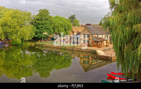 The River Thames and Riverside Inn at Lechlade, Oxfordshire, England, UK. - Stock Photo