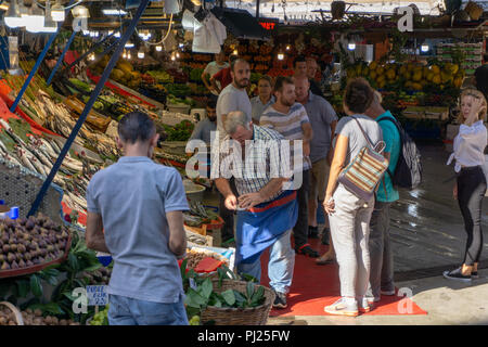 Istanbul, Turkey. 3rd September, 2018.  Fish sellers discussing with customers amid Turkey inflation rate hits Turkish markets. Credit: Engin Karaman/Alamy Live News - Stock Photo