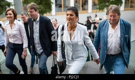 04.09.2018, Berlin: Sahra Wagenknecht (2nd from right), Chairwoman of the parliamentary group of the party Die Linke, Ludger Volmer (r, Bündnis 90/Die Grünen), Simone Lange (l, SPD), Mayor of Flensburg, and Bernd Stegemann (2nd from left), author and dramatist, go to the hall of the Federal Press Conference and officially present the movement 'Aufstehen' ('Standing up'). Unlike political parties, supporters of 'Standing Up' do not have to pay a membership fee and can simply register on the Internet. Photo: Bernd von Jutrczenka/dpa - Stock Photo