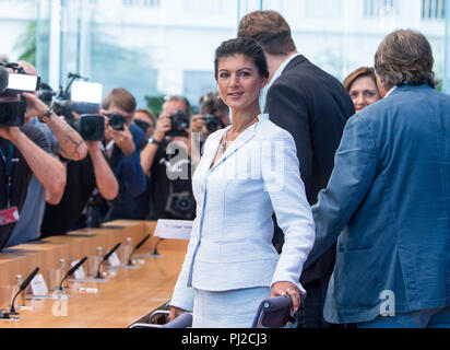 04.09.2018, Berlin: Sahra Wagenknecht (M), Chairwoman of the parliamentary group of the party Die Linke, Ludger Volmer (r, Bündnis 90/Die Grünen), Simone Lange (2nd from right, SPD), Mayor of Flensburg, and Bernd Stegemann (3th from right), author and dramatist, officially present the movement 'Aufstehen' ('Standing up') at the Federal Press Conference. Unlike political parties, supporters of 'Standing Up' do not have to pay a membership fee and can simply register on the Internet. Photo: Bernd von Jutrczenka/dpa - Stock Photo
