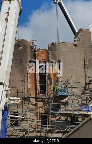 Glasgow, UK, 4th September 2018, Dismantling works on Glasgow School of Art progress to ensure safety of nearby properties and residents. Contractors dismantle the scaffolding on the south side while still   erecting on the north. Credit: Pawel Pietraszewski / Alamy Live News - Stock Photo
