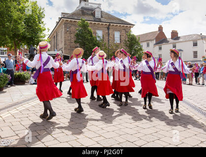 The Warwick Folk Festival. The Rivington Morris Women's North West Team dancing at the Warwick Folk Festival. - Stock Photo