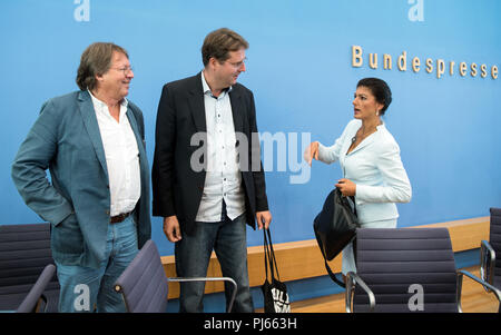 Berlin, Germany. 04th Sep, 2018. 04.09.2018, Berlin: Sahra Wagenknecht (r), Chairwoman of the parliamentary group of the Left Party, Ludger Volmer (l, Alliance 90/The Greens), and Bernd Stegemann (M), author and dramaturg, talk at the end of the press conference. The politicians officially presented the movement 'Standing up'. Unlike political parties, supporters of 'Standing Up' do not have to pay a membership fee and can simply register on the Internet. Credit: Bernd von Jutrczenka/dpa/Alamy Live News - Stock Photo