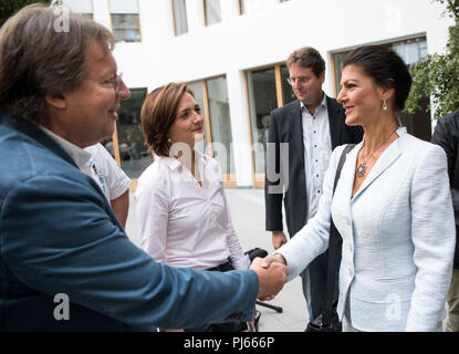 04.09.2018, Berlin: Sahra Wagenknecht (r), Chairman of the parliamentary group of the Left Party, welcomes Ludger Volmer (l, Alliance 90/The Greens), Simone Lange (2vl, SPD), Lord Mayor of Flensburg, and Bernd Stegemann (2vr), author and dramaturg. Together, the politicians officially present the movement 'Standing up' at the federal press conference. Unlike political parties, supporters of 'Standing Up' do not have to pay a membership fee and can simply register on the Internet. Photo: Bernd von Jutrczenka/dpa - Stock Photo