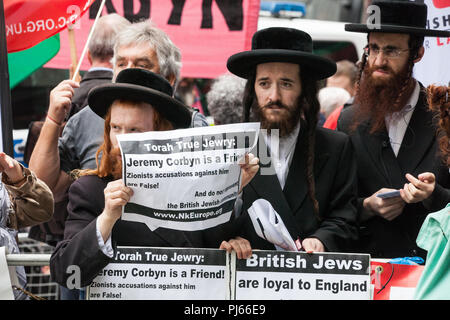 London, UK. 4th September, 2018. Orthodox Haredi Jews from Neturei Karta join supporters of Jeremy Corbyn from Jewish Voice for Labour, Momentum and other groups campaigning outside the headquarters of the Labour Party on the day on which the party NEC was expected to adopt the IHRA definition and examples of anti-Semitism. Credit: Mark Kerrison/Alamy Live News - Stock Photo
