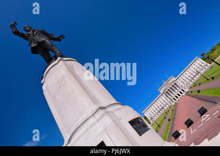 Northern Ireland, Belfast, Stormont, Angular view of the Northern Ireland Assembly building with statue of Lord Edward Carson in the foreground. - Stock Photo