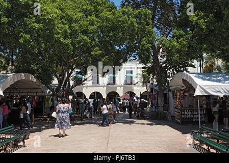 Stalls at the street festival in the Plaza de la Independencia the Mérida en Domingo Merida on Sunday. - Stock Photo