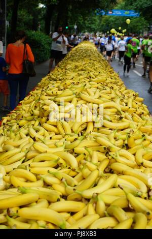 Frankfurter Firmenlauf, J.P. Morgan Corporate Challenge, Bananen beim JP Morgan Lauf am 7. Juni 2018 Frankfurt, Deutschland, Europa - Stock Photo