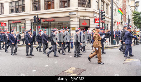 City of London, London EC4, UK, 05th September 2018. The Royal Regiment of Fusiliers celebrates 50 years. As part of the celebrations of the 50th anniversary of its founding the regiment exercises its rights as a Privileged Regiment to march through the streets of the City of London, from the Tower of London to the Guildhall, here passing along Queen Street in the City of London EC4 approaching the Guildhall. Over 500 serving and retired personnel take part in the parade including these veterans and affiliated overseas regiments. Credit: Graham Prentice/Alamy Live News. - Stock Photo