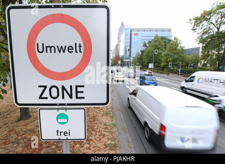 06.09.2018, Hesse, Frankfurt am Main: Cars pass a traffic sign on Theodor-Heuss-Allee near the Frankfurt exhibition grounds with the inscription 'Umwelt Zone'(environmental zone). According to the decision of the Administrative Court in Wiesbaden, Frankfurt will be another German metropolis to be banned from driving diesel vehicles in 2019. Photo: Arne Dedert/dpa - Stock Photo