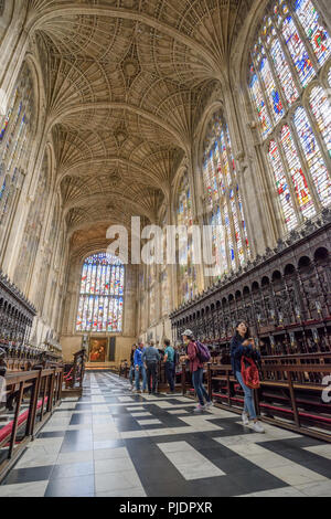 The oak rood screen, organ and portal of the choir in the tudor built chapel at King's college, university of Cambridge, England. - Stock Photo