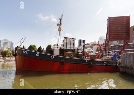 London, UK. 6th September 2018. Motor Tug M T Kent arrives at St Katharine Docks for the Classic Boat Festival in association with Totally Thames, which is a celebration of over 40 beautiful vintage boats and yachts, taking place from 7th – 9th September. Credit: Vickie Flores/Alamy Live News - Stock Photo