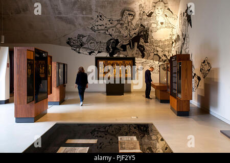 Mansfeld, Germany. 30th Aug, 2018. Visitors stand in 'Luther's Parental Home Museum'. In the middle you can see an altar of the Virgin Mary (Saalfeld altar) from the 15th century. The museum in Mansfeld (Mansfeld-Suedharz district) is to become better known with a marble competition. (on dpa 'Murmelwettbewerb soll für 'Museum Luthers Elternhaus' advertise' from 07.09.2018) Credit: Johannes Stein/dpa-Zentralbild/dpa/Alamy Live News - Stock Photo