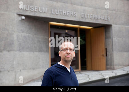 Mansfeld, Germany. 30th Aug, 2018. Museum educator Nick Schoene stands in front of the 'Luther's Parental Home Museum'. The museum in Mansfeld (Mansfeld-Suedharz district) is to become better known with a marble competition. (on dpa 'Murmelwettbewerb soll für 'Museum Luthers Elternhaus' advertise' from 07.09.2018) Credit: Johannes Stein/dpa-Zentralbild/dpa/Alamy Live News - Stock Photo