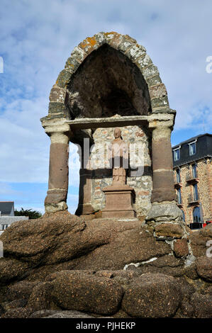 France, Brittany, Cotes-d'Armor department, Ploumanach rocks on the Pink Granite Coast in Perros-Guirec, the Oratory of Saint-Guirec on the beach. - Stock Photo