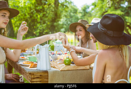 Group of young people seated at a brunch in the country. Mandatory credit: Design culinaire : food-design-studio.fr - Stock Photo