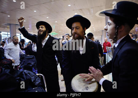 Tel Aviv, Israel. 6th Sep, 2018. Ultra-orthodox Jewish men from Breslov sect dance and sing as they check in to flights headed for Ukrainian city of Uman at Ben-Gurion International Airport near Tel Aviv, Israel, on Sept. 6, 2018. On the Jewish New Year in September, tens of thousands of religious Jews will fly to Uman to pray at the grave of Rabbi Nachman of Breslov, who founded the Hasidic Jewish movement named after him at the end of the 18th century. Credit: Gil Cohen Magen/Xinhua/Alamy Live News - Stock Photo