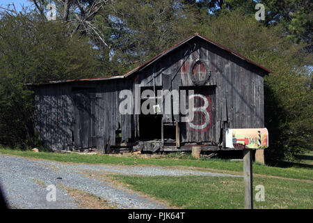 Old unkempt wooden shed in rural Virginia - Stock Photo