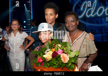 Kevin Kayirangwa, winner of the Idool 2011 contest, with his mother (Belgium, 20/05/2011) - Stock Photo