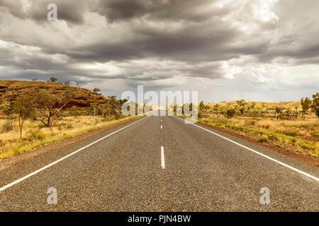 A street to the horizon in the Australian desert, Eine Strasse zum Horizont in der australischen Wueste - Stock Photo