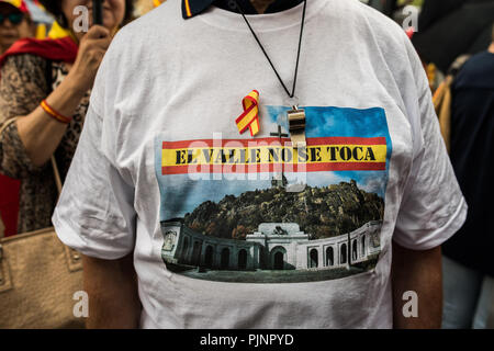 Madrid, Spain. 8th September, 2018. A man wearing a shirt with the slogan 'Don't touch the Valley' during a protest against the removal of dictator Franco's remains from the Valley of the Fallen, in Madrid, Spain. Credit: Marcos del Mazo/Alamy Live News - Stock Photo
