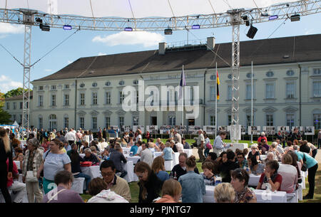 Berlin, Germany. 08th Sep, 2018. Visitors of the citizens' festival in Bellevue Castle sit at tables in the garden. Credit: Paul Zinken/dpa/Alamy Live News - Stock Photo