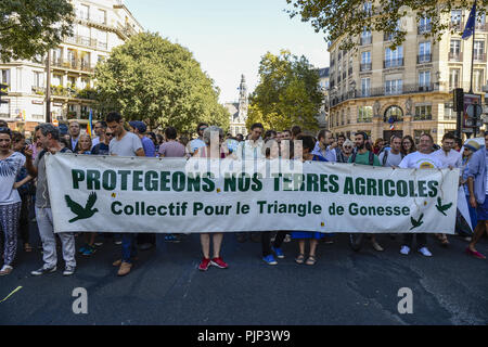Paris, Ile de France, France. 8th Sep, 2018. Protesters seen holding a banner walking during the protest.Thousands of people took part in a walk protesting demanding leaders to take action about the climate change in Paris, France. Credit: Charles Salle/SOPA Images/ZUMA Wire/Alamy Live News - Stock Photo