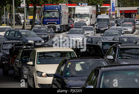 Hamburg, Germany. 09th Sep, 2018. 09.09.2018, Hamburg: A long traffic jam has formed on the Billhorner Brückenstraße, the access road to the A1 motorway. Construction sites hinder the flow of traffic in and around Hamburg. Credit: Axel Heimken/dpa/Alamy Live News - Stock Photo