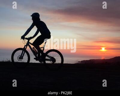 Laguna Beach, California, USA. 8th Aug, 2018. A mountain bike rider during sunset at ''˜top of the world' in Laguna canyon wilderness in Laguna Beach, California. Credit: Ruaridh Stewart/ZUMA Wire/Alamy Live News - Stock Photo