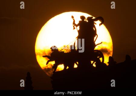 Dresden, Saxony. 12th Sep, 2018. 12 September 2018, Germany, Dresden: The sun sets behind the Dresden Semper Opera House with the Panther Quadriga with Dionysos and Ariadne by sculptor Johannes Schilling. Credit: Sebastian Kahnert/dpa-Zentralbild/ZB/dpa/Alamy Live News - Stock Photo