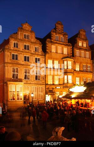 Christmas  Market on Market Square at Dusk, Bremen, Germnany, Europe   IWeihnachtsmarkt mit Hausfassaden Marktplatz-Westseite bei Abenddämmerung, Brem - Stock Photo