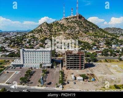 Hampton Inn by Hilton Hermosillo  y Cerro de la Campana. Paisaje urbano, paisaje de la ciudad de Hermosillo, Sonora, Mexico. Urban landscape, landscape of the city of Hermosillo, Sonora, Mexico. (Photo: Luis Gutierrez /NortePhoto) - Stock Photo