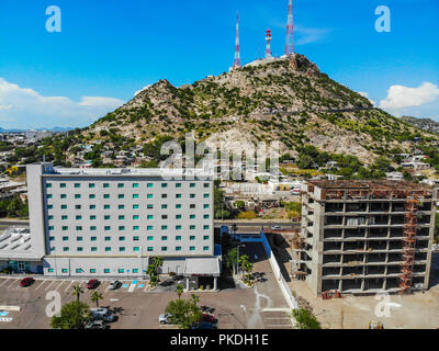 Hampton Inn by Hilton Hermosillo  y Cerro de la Campana.  Paisaje urbano, paisaje de la ciudad de Hermosillo, Sonora, Mexico. Hotel Hilton en el vado del Rio.  Urban landscape, landscape of the city of Hermosillo, Sonora, Mexico. (Photo: Luis Gutierrez /NortePhoto) - Stock Photo