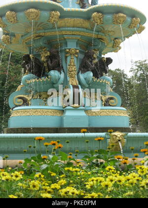 The newly renovated Ross Fountain in West Princes Street Gardens is a striking, turquoise and gold tourist attraction in the centre of Edinburgh. - Stock Photo