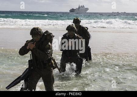MARINE CORPS BASE HAWAII (July 29, 2018) Australian soldiers conduct reconnaissance on Pyramid Rock Beach during an amphibious landing demonstration as part of Rim of the Pacific (RIMPAC) exercise on Marine Corps Base Hawaii July 29, 2018. RIMPAC provides high-value training for task-organized, highly capable Marine Air-Ground Task Force and enhances the critical crisis response capability of U.S. Marines in the Pacific. Twenty-five nations, 46 ships, five submarines, about 200 aircraft and 25,000 personnel are participating in RIMPAC from June 27 to Aug. 2 in and around the Hawaiian Islands a - Stock Photo