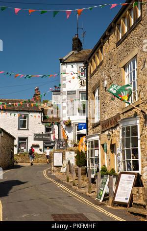 UK, Yorkshire, Wharfedale, Grassington, The Square, Garrs Lane shops and Black Horse Inn - Stock Photo