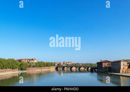 View from the Pont Saint-Pierre (St Pierre Bridge) over the River Garonne looking towards the Pont Neuf,Toulouse, Languedoc, France - Stock Photo
