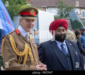 London 15th September 2018 UK Army open day to mark annual Saragarhi Commemorations This celebrates an epic battle where 21 Sikh soldiers took a last stand against 10,000 enemy tribesmen in 1897  Major General Ben Bathurst CBE General officer commanding London District, talks to some local sikhs at the event Credit Ian Davidson/Alamy Live News - Stock Photo