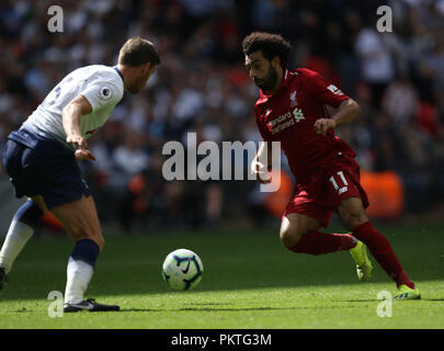 London, UK, 15th September 2018. Jan Vertonghen (TH) Mohamed Salah (L) at the Tottenham Hotspur v Liverpool English Premier League football match at Wembley Stadium, London, on September 15, 2018. **THIS PICTURE IS FOR EDITORIAL USE ONLY** Credit: Paul Marriott/Alamy Live News - Stock Photo