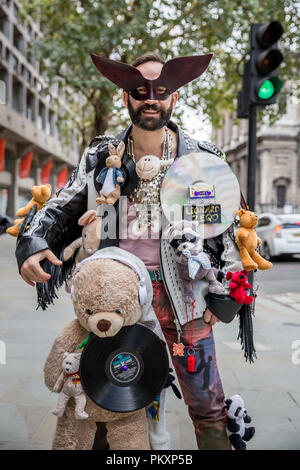 London, UK. 15th September, 2018. London Fashion Week. Designers, journalists, bloggers and fashion students arrive wearing personalised fashion creations for the various shows and events. Credit: Guy Corbishley/Alamy Live News - Stock Photo