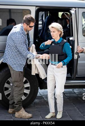 Bagdad, Iraq. 16th Sep, 2018. Ursula von der Leyen (CDU), Federal Minister of Defence, arrives at a hotel in Baghdad in the Green Zone in an armoured SUV with a vest after meeting the Iraqi Minister of Defence and the Prime Minister. The minister is in Baghdad for political talks. Credit: Kay Nietfeld/dpa/Alamy Live News - Stock Photo