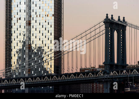 11-2017 New York, USA. New office building being constucted in Manhattan next to the Manhattan Bridge. Photo: © Simon Grosset - Stock Photo