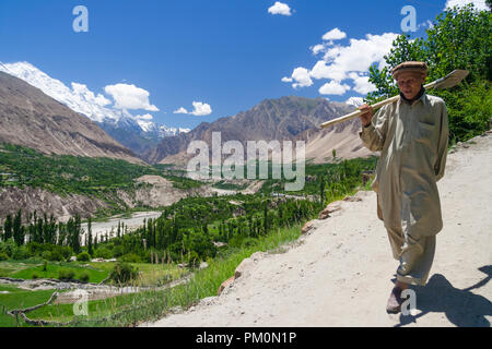 Karimabad, Hunza Valley, Gilgit-Baltistan, Pakistan : A man walks outside the mountain town of Karimabad (formerly Baltit) the capital of the Hunza Va - Stock Photo