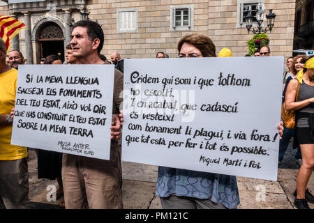 Barcelona, Catalonia, Spain. 16th Sep, 2018. Two pro-independence protesters seen holding posters in defense of the Catalan language as an integration model during the protest.More than 1,500 people called by entities in favor of the Spanish language have marched through the center of Barcelona to protest against the imposition of the Catalan language on Spanish. At the end of the demonstration, groups of Spanish nationalists and Catalan sovereignists have been confronted under the supervision of the Catalan police. Credit: Paco Freire/SOPA Images/ZUMA Wire/Alamy Live News - Stock Photo