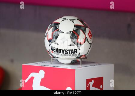 firo: 15.09.2018 Fuvuball, Football: 1.Bundesliga FC Bayern Munich - Bayer 04 Leverkusen, Derbystar, Spielball, Feature, Depositor | usage worldwide - Stock Photo