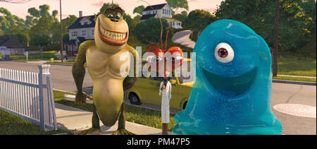 """(Left to right) The Missing Link (WILL ARNETT), Dr. Cockroach, Ph. D. (HUGH LAURIE) and B.O.B. (SETH ROGEN) are on their best behavior while meeting their fellow monster Susan/Ginormica's parents. DreamWorks Animation SKG  Presents """"Monsters vs. Aliens,"""" a Paramount Pictures release 2009 - Stock Photo"""