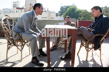 """(L-r) KEN WATANABE as Saito, TOM HARDY as Eames, and LEONARDO DiCAPRIO as Cobb in Warner Bros. Pictures' and Legendary Pictures' sci-fi action film """"INCEPTION,"""" a Warner Bros. Pictures release. - Stock Photo"""