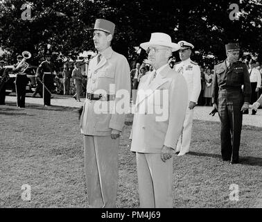 US President Harry S. Truman and French President Charles de Gaulle, standing at attention during welcoming ceremonies on the White House lawn. August 22, 1945   File Reference # 1003_557THA - Stock Photo