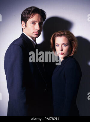 Film Still from 'The X-Files' David Duchovny, Gillian Anderson © 1998 Fox Broadcasting Company  File Reference # 30996063THA  For Editorial Use Only -  All Rights Reserved - Stock Photo